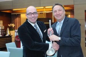 Regionaldirektor Jürgen Gangl übergibt symbolisch an seinen Nachfolger Bertold Reul (Quelle: Hotel).